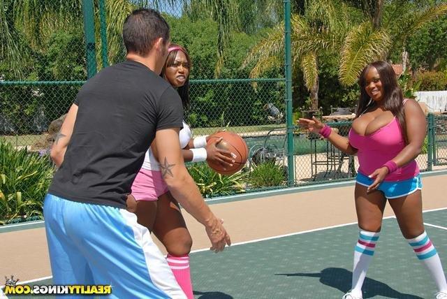 голые девушки играют в баскетбол